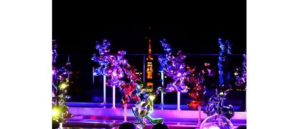東京タワーを背景に、光り輝くディズニーキャラクターたち