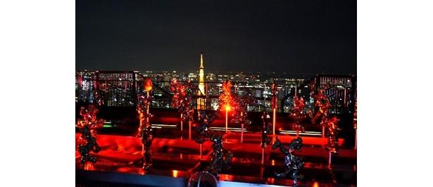 鮮やかな赤いライトで照らされたオブジェたち