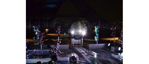 展望台には巨大なミラーボールが設置されている