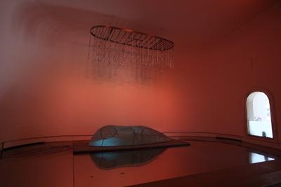 総ガラス製の涅槃仏が7色の光に照らされる。ハイテク度にびっくり