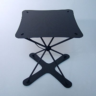 トレカを使った「TWIST」のスツール。テーブルもある (ハーズショップアンドデザイン)