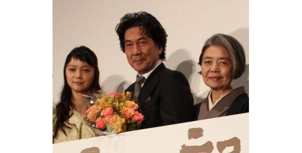 『わが母の記』初日舞台挨拶で樹木希林、宮崎あおいらから花束を受けた役所広司