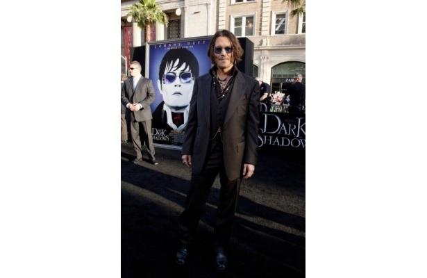 『ダーク・シャドウ』LAプレミアに黒で統一したスーツ姿で登場のジョニー・デップ