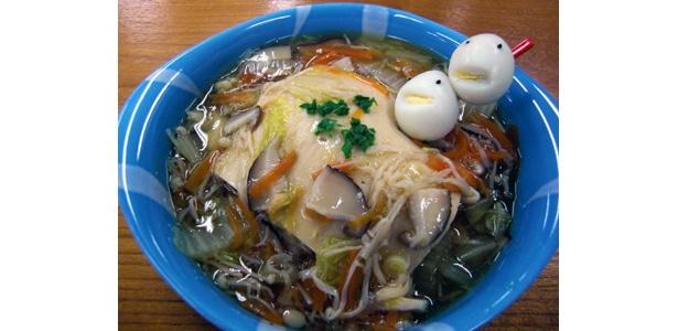「凍み豆腐で包んだあんかけラーメン」。顔のあるうずら卵がインパクト大