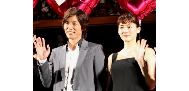 『ホタルノヒカリ』完成披露試写会に登壇した綾瀬はるかと藤木直人