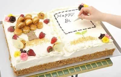 幅48cmの絵本ケーキ「「本」とにデカッ」は自分で自由に書けるのも魅力(3万1500円/2日前までに要予約・個数限定)