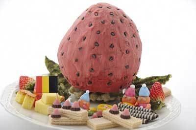 「小人さんのイチゴ工場」は、ストロベリーアイスのイチゴがポイント!(8000円/前日までに要予約・個数限定)