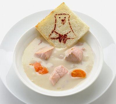 シロクマくんのトーストが添えられた「シロクマくんお手製サケのシチューにムチュー!」(900円、イタリアントマト)