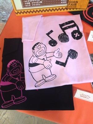 ジャイアンのTシャツはピンクと黒で各2625円(サイズ各S、M、Lあり)