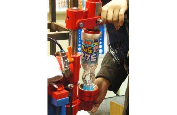 逆さにすると、ビー玉で栓ができるという仕組みだ