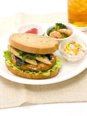 ベックス「鶏つくね和風サンドプレート ドリンク付き」(680円)