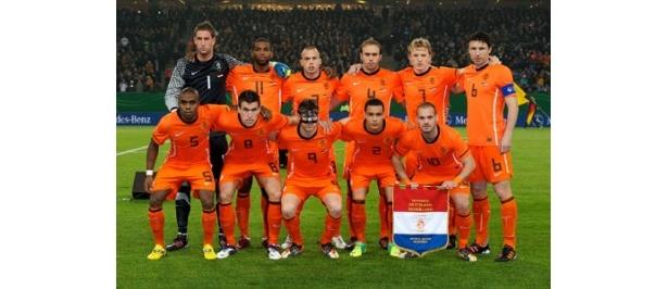 優勝候補の一角・オランダ代表。スナイデル(前列右端)をはじめとした最強世代は頂点に立てるか?