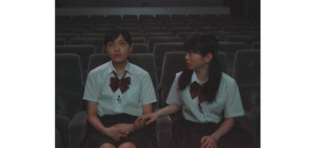 『POV 呪われたフィルム』を鑑賞する川口春奈と志田未来(右)
