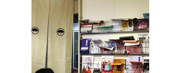 店内には落語関係の本やCDがたくさん。フライヤーもたくさんある