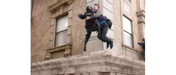 空中に飛び込む高所恐怖症のサム・ワーシントン