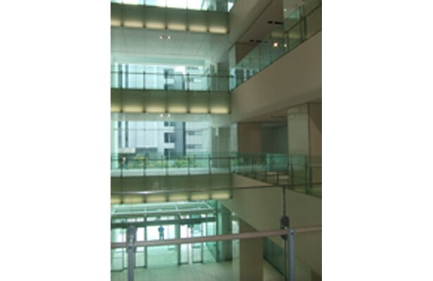 吹き抜けになっている、地下1階〜地上4階のファッションゾーン