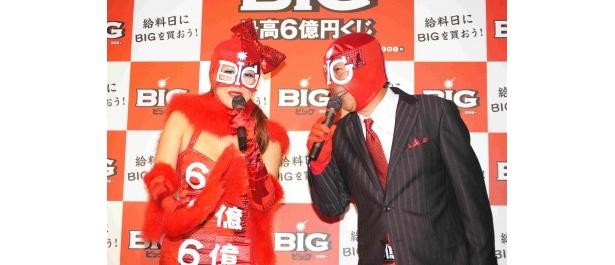 新CM&新キャラクター発表会イベントに登場したBIGウーマンとBIGマン