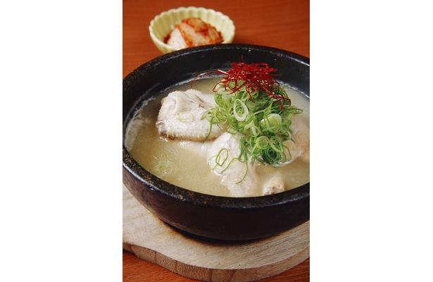 ひな鶏に高麗人参やナツメ、もち米などを詰めて、じっくり煮込んだサムゲタン¥1980