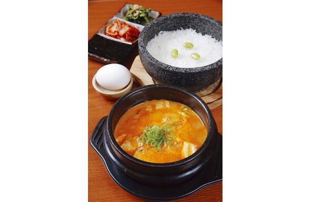 ピリッと辛い海鮮スンドゥブ鍋¥1280。自家製豆腐、エビ、カキ、イカがたっぷり!