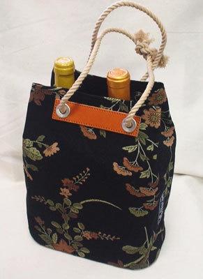 京都の店舗でも人気のワインバッグ(草花黒、1万500円)は、今回中仕切り(2100円)も販売