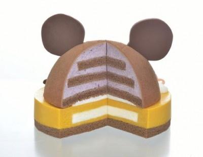 【写真を見る】ケーキを切るとカボチャのケーキにブルーベリーやハチミツクリームを合わせた層が!