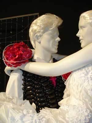 ブーケだけでなく、男性のベストや胸にさした花もなんとバルーン!