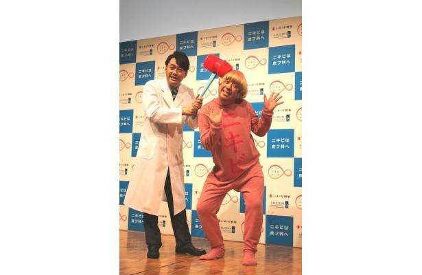 ニキビの疾患啓発キャンペーンの新CMに出演するバナナマンの設楽統と日村勇紀 (写真左から)
