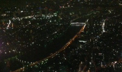 天望デッキからは夜景が広がる。隅田川近辺。