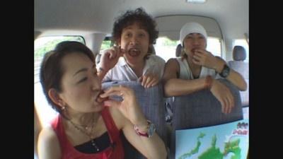 車内でも食い意地を見せる豚一家の3人