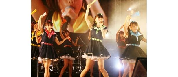 扇子を持ち、黒を基調とした新衣装で新曲「夏空HANABI」を初披露したぱすぽ☆