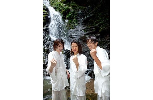滝修行が終わった後は、晴れやかな気持ちに!再訪を誓った3人。(左から)高島くん、上野くん、竹下くん