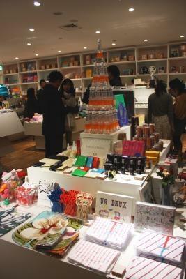 """カラフルな店内は、""""今""""の東京がまるごとつまったラインナップだ"""