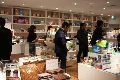 奥には本が、手前には東京土産や旅の道具が置かれる