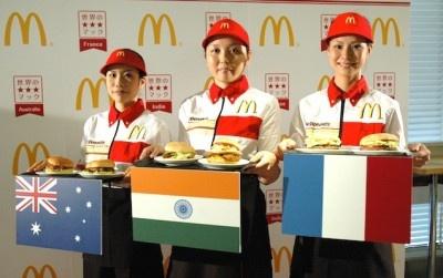 女性スタッフが世界のご当地バーガーを紹介!