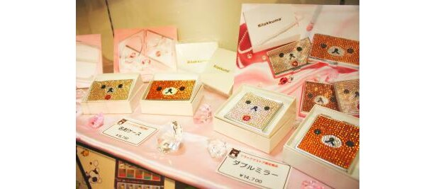 ラインストーンがキラキラ輝く名刺ケース(1万5750円)とダブルミラー(1万4700円)