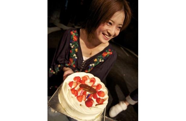 通算200回公演の終演後にお祝いのケーキを持つ兵頭祐香さん