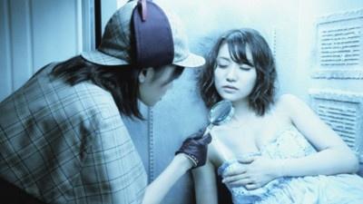 AKB48大島優子のセクシーな胸の谷間に、前田敦子が迫る!?
