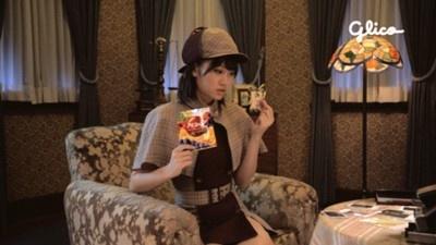 部屋のソファーに腰掛け「87人の容疑者かぁ...」と推理を巡らせている前田敦子さん