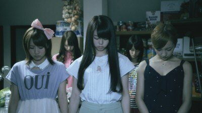高橋みなみさん、峯岸みなみさん、板野友美さんが自分の胸に視線を向け、とても残念そうな表情に