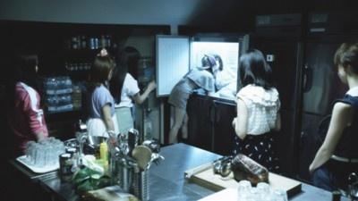 推理そっちのけで、すっかり大島さんのバストに夢中の前田さん