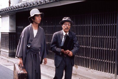 金田一耕肋を演じるのは石坂浩二(左)。袴姿にぼさぼさの髪型と原作に忠実な風貌で演じた。右は弁護士役の小澤栄太郎