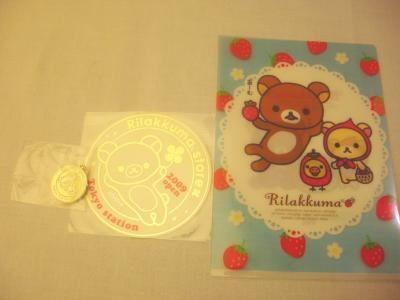 2000円以上購入した人が先着でもらえるオープン記念ノベルティは、ステッカー&メダル(非売品)だ!