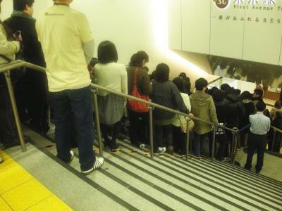 行列は階段の上まで続く