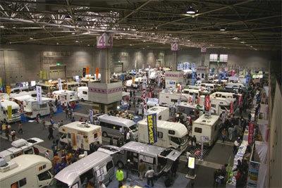 大型のものから、少人数用のものまで100台以上のキャンピングカーが展示