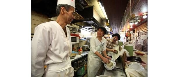 「餃子の王将 出町店」にて皿洗い。多い日には10人以上の希望者が来るんだとか!