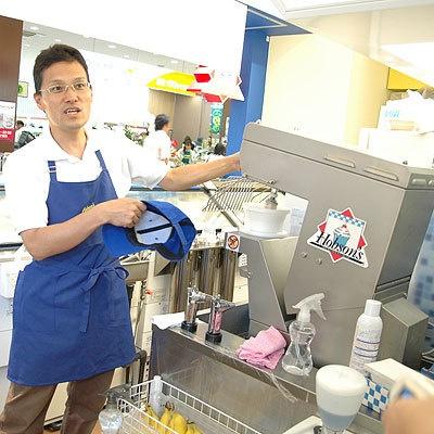コラボメニューの取材に応じてくれたホブソンズの松隈マネージャー。アイスとフルーツをブレンドする特注の機械を前に熱弁をふるう!