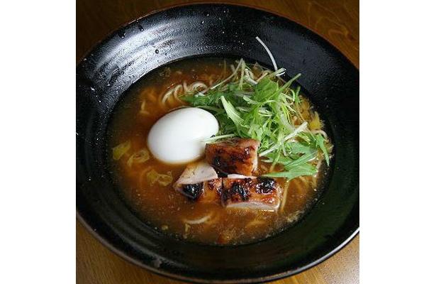 【拉麺ダイニングほんまれ】「鶏白湯だし塩ら〜めん」(¥730)。クリーミーな白濁スープに焼きアジの風味がじんわり溶けこむ。筑波鶏の香ばしくてジューシーな食感も秀逸だ
