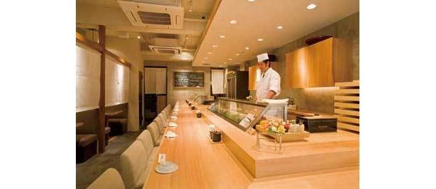 ケースに並ぶネタは、築地から仕入れている(板前寿司 銀座コリドー店)