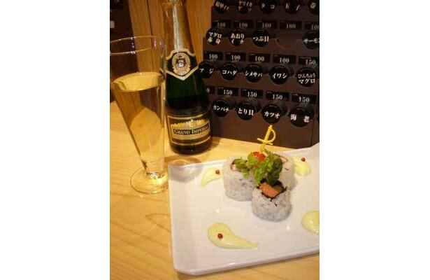 ロール寿司にシャンパンを合わせるなど、バー感覚で楽しめる(にぎり立鮨 潮)