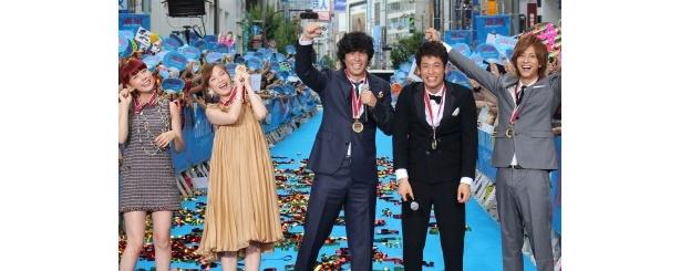 新宿のブルーカーペットに登場した『海猿』の伊藤英明、加藤あい、佐藤隆太、仲里依紗、三浦翔平